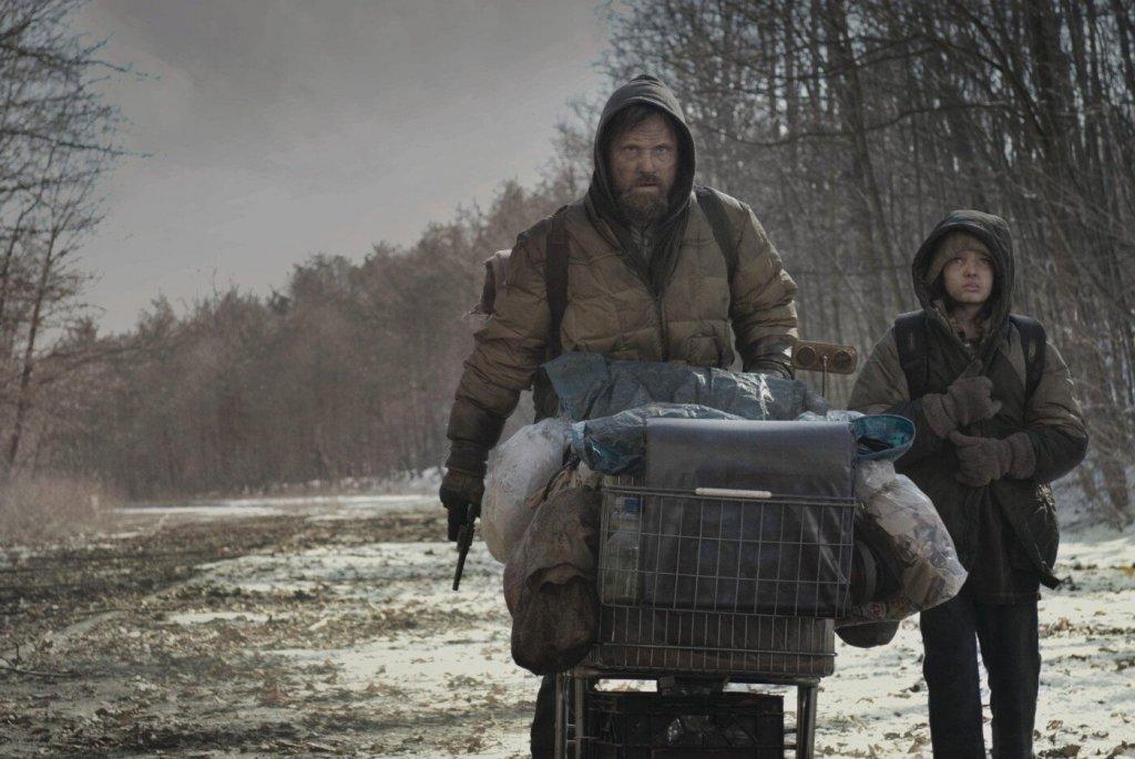 """""""Пътят"""" """"Пътят"""" е може би най-емблематичният роман на Маккарти, или поне се бори за първото място с """"Няма място за старите кучета"""". Пределно мрачен постапокалипсис, в който баща и син бродят по разрушените пътища на някогашния свят. Природата е мъртва, цивилизацията е мъртва. Хората са оскотели, а по пътя двамата герои срещат само подивели шайки канибали.  Едноименният филм е режисиран от Джон Хилкоат и пресъздава чудесно безнадеждната атмосфера от книгата, в центъра на която свети пламъка на човещината: пламък, чиито носители са един баща и един син, тръгнали по пътя към смисъла, отвъд физическото оцеляване. Интересно е още, че Маккарти посвещава """"Пътят"""" на сина си."""