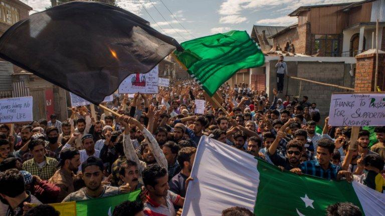 Пакистан Кой протестира там и защо? Хиляди привърженици на ултрарелигиозна партия се събраха в Карачи, за да започнат голямо антиправителствено шествие до столицата Исламабад. Тяхната демонстрация е свързана с проблемите в Кашмир и с липсата на действия от страна на премиера Имран Хан. Според протестиращите също така Хан е дошъл на власт по нелегитимен начин, а управлението му се крепи на подкрепата на армията. Какво предизвика протестите и кога те започнаха? Напрежението в страната кипи от известно време, но реално избуя отново този месец при отбелязване на 8 месеца от началото на конфликта в Кашмир. Самите протести започнаха и като знак на съпричастие с мюсюлманите в контролираната до голяма степен от Индия територия.