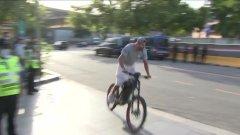 Защо Жерар Пике пристигна за дербито с велосипед?