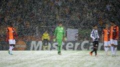 Разочарование за играчите, но и за феновете - мачът, чакан с най-голям интерес в Шампионската лига за вечерта, не завърши... Снеговалеж спусна пелена над Истанбул и двубоя Галатасарай - Юве.