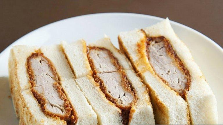 Японският сандвич Кацу-сандо се приготвя от пържено месо, вкарано в бяло хлебче. Добавя се майонеза и горчица.