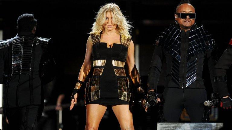 """ФъргиСякаш беше вчера, когато Black Eyed Peas, начело с Фърги, пееха """"Where is the Love"""". Всъщност Стейси Фъргюсън, както се казва шеметната блондинка, гони 46 години. Тя е все така огнена, сексапилна и привлекателна, макар и вече да не е чак толкова много под светлините на прожекторите."""