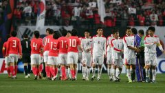 Двата отбора на разделената от политиката Корея се поздравяват преди квалификационния мач за Мондиал 2010, завършил 1:0 за южняците