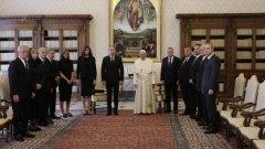 """Веселин Марешки - от лявата страна на папа Франциск. Ректорът на СУ """"Св. Климент Охридски"""" проф. Анастас Герджиков - в края."""