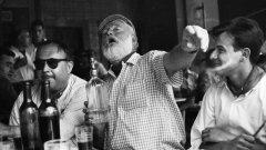 Писателят Ърнест Хемингуей запива в бара