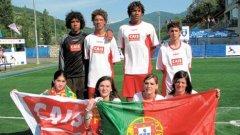 Бебе (вторият отдясно на втория ред) с част от националния отбор на Португалия на световното първенство за бездомници