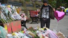 13-годишно момиче, посетило концерта на Ариана Гранде в Манчестър на 22 април, разглежда посланията, оставени от хора в памет на жертвите на терористичния акт.