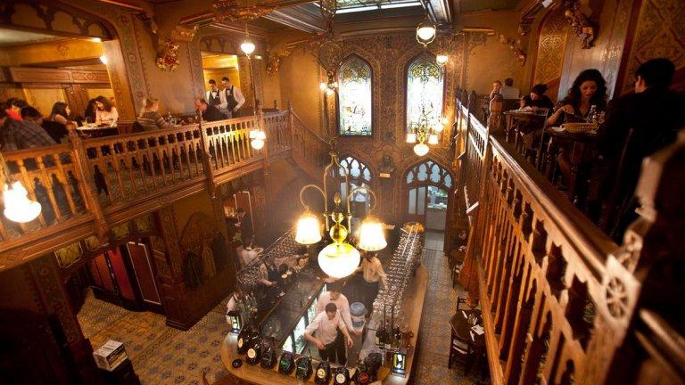 Caru Cu Bere, Букурещ, Румъния   Caru Cu Bere е едно от най-сниманите заведения в Букурещ заради атрактивния си интериор. Ресторантът отваря врати през 1897-а. Комбинацията от тъмен махагон, дърворезби и позлатени детайли наистина е забележителна. Ресторантът помещава и една от най-старите пивоварни в града.