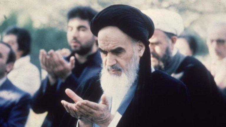 Ето как започва един от стиховете на Аятолах Хомейни: Станах затворник, о любима, на бенката на твоята устна! / Видях твоите болни очи и се разболях от любов.