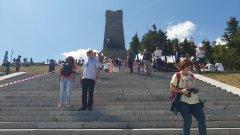 Скоро след това те бяха изведени от монумента и задържани