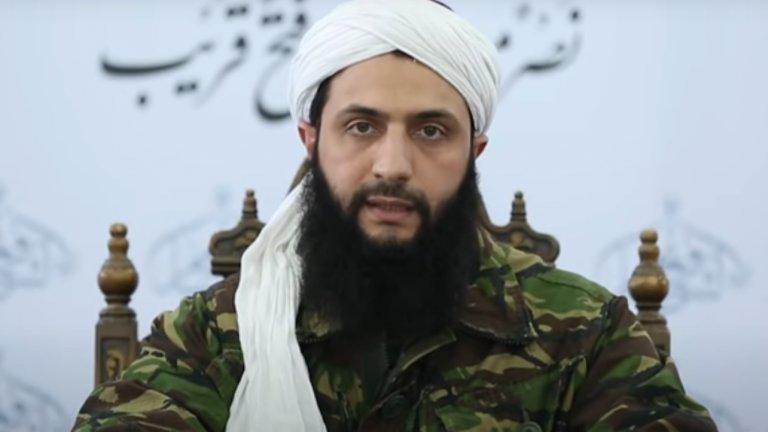 """Абу Мухаммад ал-Джулани  В началото на войната в Сирия основава Фронта """"Ал Нусра"""" като клон на Ал Кайда, а няколко години по-късно групировката му става ядро на джихадисткия съюз Хаят Тахрир ал-Шам. Макар и вече да не е официалният клон на Ал Кайда в Сирия, все пак двете организации продължават да поддържат контакти.   Самият Джулани има дълъг опит още от американската окупация в Ирак, който му помага да изгради една от най-ефективно действащите джихадистки структури в региона. В момента има обявена награда от 10 милиона долара за главата му, а основното оперативно поле на групировката му остава провинция Идлиб в Сирия"""