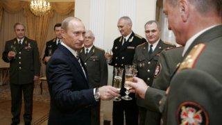 Руският президент Владимир Путин в компанията на висши офицери от Главното разузнавателно управление на Генералния щаб на армията