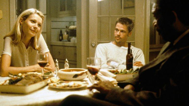 """""""Седем"""" """"Седем"""" прави малка революция в криминалния жанр, след като слага на филма финал, който никой не очаква. Режисурата е поета от...да, вече го споменахме, Дейвид Финчър, който е точният човек за този сценарий.  И въпреки че New Line Cinema изобщо не харесват как завършва филма, Финчър успява да ги убеди, че оригиналният завършек, измислен от Андрю Уокър, е необходимият финал за """"Седем"""". Първоначално Гуинет Полтроу отхвърля предложението на Финчър да участва в """"Седем"""", но режисьорът не може да си представи друга актриса, която да влезе в кожата на Трейси Милс и убеждава Полтроу, използвайки това, че по време на снимките на филма, тя е омъжена за Брад Пит."""