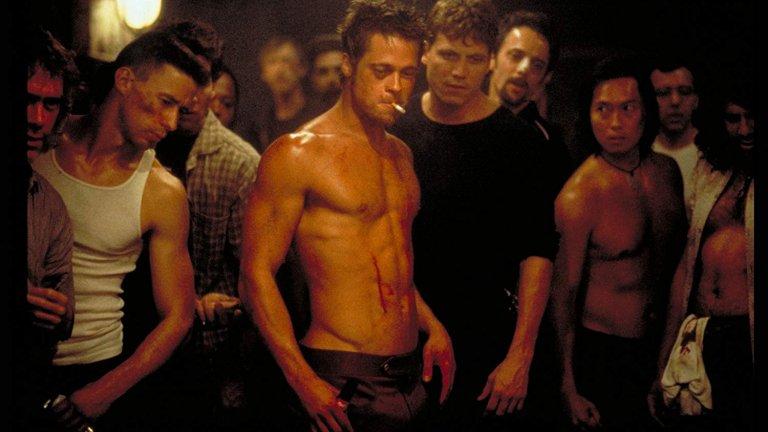 """""""Боен клуб""""  Първо правило на Боен клуб – не говорим за Боен клуб. Тук членството в """"Боен клуб"""" означава изход от скучната реалност, от рутинното ежедневие и от баналните дребни теми, като този изход се оказва насилието. Това със сигурност не е лек и лесен за гледане филм, но обичаме да си го причиняваме от време на време.   В главните роли са Брад Пит и Едуард Нортън под режисурата на Дейвид Финчър. Участват и Хелена Бонъм-Картър, Джаред Лето и куп безсмъртни реплики и сцени."""
