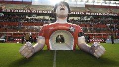 Надуваемият тунел с образа на Марадона, който бди над стадиона, носещ името на легендата. Съоръжението е с капацитет около 26 000 места