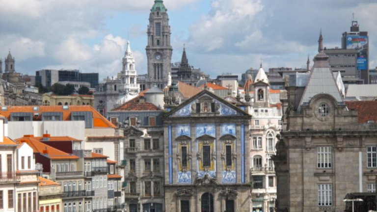 Цветен и романтичен пристанищен град с много история и култура. Това е португалският град Порто. Известен е също и с хубавото си вино, така че се пригответе да пиете, ако решите да го посетите.