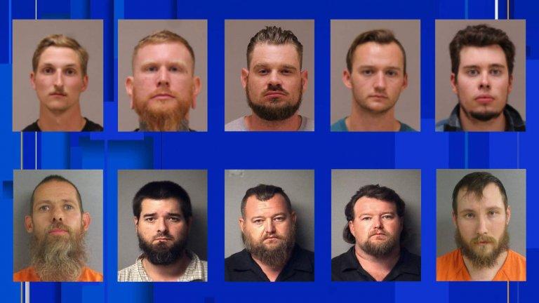 10 от 13-те арестувани около заговора за отвличането на губернатор Гретчен Уитмър.  ГОРЕ - от ляво надясно: Даниел Харис; Брандън Кастера; Адам Фокс; Кейлъб Франкс, Тай Гарбин. ДОЛУ - от ляво надясно: Пийт Мусико; Ерик Молитор; Уилям Нъл; Майкъл Нъл; Доузеф Морисън;