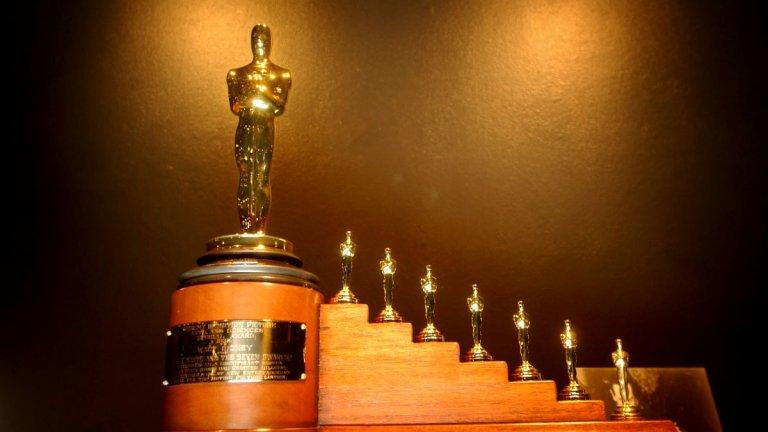 """Най-големите рекордьори  Но да оставим за момент актьорите на мира и да направим ревизия на най-големите рекорди в историята на Академията за театрално и филмово изкуство. На върха с най-много номинации """"Оскар"""" стои композиторът Джон Уилямс, който е номиниран 52 пъти от 60-те години насам. След него се нарежда Уолт Дисни, който е отличен със статуетки от Академията 26 пъти, включително и за цялостен принос."""