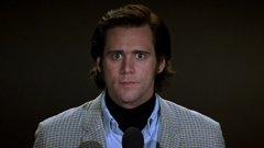"""1. Man on the moon / Човек на луната  Една от най-силните роли на Кери е много повече драматична, отколкото комична. Става дума за биографичния филм """"Човек на луната"""", в който актьорът играе друг комик – Анди Кауфман. Кауфман е един от най-особените типове в Холивуд през 80-те. Известен е най-вече с ролята си на чужденеца Латка в сериала """"Такси"""", но всъщност не харесва образа и иска да експериментира, забавлявайки зрителите по други начини.  Филмът проследява драматичния му живот – от веселите, през абсурдните до наистина тъжните моменти. Кери напълно се потапя в кожата на покойния комик, като не излиза от образ дори във времето между снимките. Ролята на Кауфман му носи втори """"Златен глобус""""."""