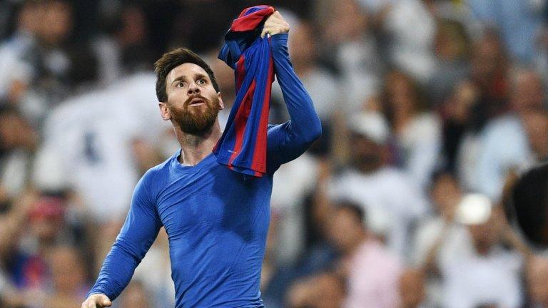 """Реал Мадрид - Барселона 2:3 (Ла Лига, 2017)  Ел Класико рядко разочароваше през това десетилетие, но класиката от април 2017-а носи по-особена тежест. Реал имаше 3 т. преднина на върха и мач по-малко, а една победа над Барса щеше да отвори пътя към първа титла от 2012-а насам. Поражение обаче щеше да свали """"белите"""" на второ място и залогът трудно можеше да е по-голям.  Каземиро изведе домакините напред, но Меси направи едно от типичните си изпълнения за 1:1. Късно през втората част Иван Ракитич изведе Барса напред, а голямата драма тепърва предстоеше. Хамес Родригес изравни и отдалечи Барса от титлата, но Меси беше запазил още един магически момент за финала и в 92-ата минута донесе успеха на своите от границата на наказателното поле. Гол номер 500 за гения с екипа на Барса, който съблече фланелката си и я показа на публиката в незабравим момент от историята на голямото дерби. Все пак в края на сезона с титлата ликуваше Реал."""