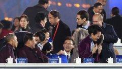 Руският президент загръща съпругата на китайския президент Си Дзинпин певицата Пън Лиюен, докато съпругът й Си Цзинпин разговаря с Барак Обама
