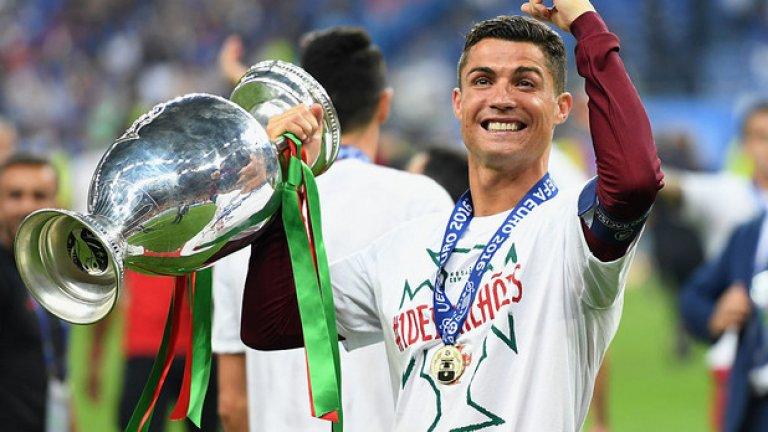 Трофеи с националните отбори (2010-2019): Меси: 0 Роналдо: 2  Португалия стана европейски шампион на Евро 2016 и тази година спечели дебютното издание на Лигата на нациите, а няма съмнение кой е основният футболист в този отбор. На другия полюс беше Меси с прочутите три загубени финала с Аржентина - два пъти на Копа Америка и веднъж на Мондиал 2014.