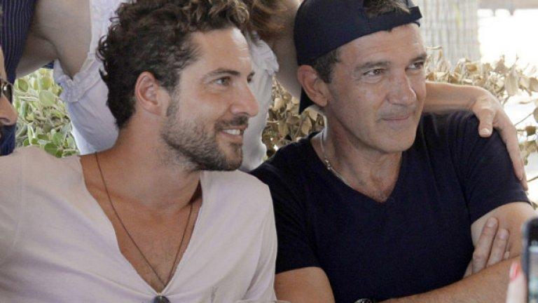 Юли, 2015, Марбея, Испания: Антонио Бандерас с испанския певец Давид Бисбал