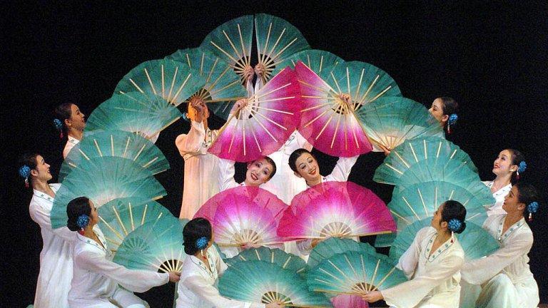 Възхваляващи лидерите песни и масови танци възпитават обществото в единност и вярност към нацията