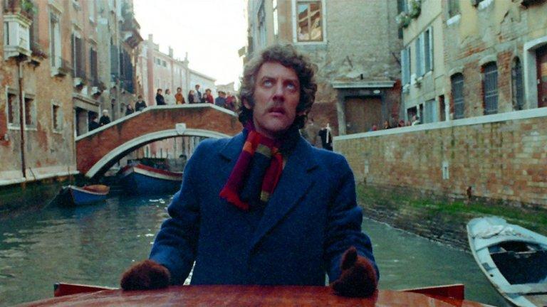"""""""Не поглеждай сега"""" (Don't Look Now) Оценка: 96 от 100 Британо-италианската продукция, базирана на кратък разказ от Дафни дю Морие, разказва за женена двойка, която наскоро е погребала дъщеря си. Във Венеция двамата срещат две сестри, едната от която твърди, че има специални сили и че покойната дъщеря на двойката се опитва да се свърже с родителите си и да ги предупреди за опасност. Със смелите творчески решения в себе си филмът предизвиква спорове около излизането си, но днес заслужава внимание заради задълбочения поглед към темата за скръбта, който го прави нещо повече от """"просто филм на ужасите""""."""