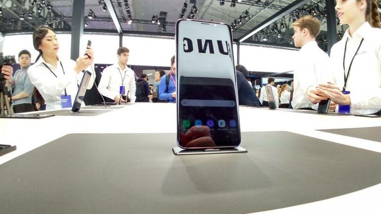Samsung S9 и S9+  Голямата звезда на шоуто, новият флагман на Samsung е в центъра на прожекторите. Това е най-важният телефон, анонсиран на конгреса, и не трябва да се изненадваме предвид успеха на S8 миналата година, признат за един най-добрите модели на 2017-а що се отнася до технологии, цена и достъпност.   Тази година със S9 и S9+ корейският гигант са оправили някои от нещата, за които бяха най-критикувани. Сензорът за пръстовия отпечатък вече не е до камерата, а под нея и това означава край на отпечатъците от пръсти по обектива. Звукът вече е стерео, като от компанията са намерили място за още един говорител отпред (един горе на телефона и един долу), което е супер за потребителите, които обичат да гледат видео в ръцете си. Звукът е доста по-силен, а благодарение на партньорството с Dolby Atmos наподобява кино усещането. В отговор на анимоджитата на Apple и 3D селфитата на Sony, Samsung представиха и AR емоджи, което представя ваша анимирана версия, която дори може да следи лицевите ви движения.   Но не това е най-важното, камерата на S9 и на S9+ е с няколко нови много полезни технологии. Благодарение на т.нар. Dedicated RAM памет, имплементирана директно в чипа на камерата, имате възможност да правите slow motion видео с 960 кадъра в секунда, да снимате по-бързо и да избирате от няколко кадъра (малко преди и малко след като натиснете бутона). Освен това е първият телефон, който ще се предлага в България (и втория на Samsung) с двойната бленда Samsung Dual Aperture (F1.5 - F2.4), която механично променя това колко светлина да приеме, за да можете да правите хубави снимки както на тъмно, така и на светло. Умният асистент на компанията Bixby става все по-практичен и функцията на Google Translate, която превежда текст от снимка, вече е вградена директно в камерата на Samsung.   И докато 5.8 инчовият S9 идва само с една камера, по-големият S9 с 6.2 инча екран има две - една широкоъгълна и една с телеобктив.    Двата телефона вече са налични за предварителна поръчка