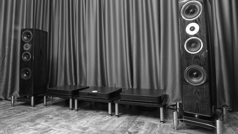За да стигне дотам да създава собствени системи, Звукомир е слушал различни компоненти, от различни системи, от различни серии и от различни години. Другото основно за него е било да слуша жива музика
