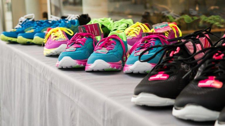 """Маратонките - когато по-цветни означава по-актуални   Ако ще спортувате това лято, ще забележите колко много тичащи в парка са избрали цветните маратонки. Дали ще бъде само в един ярък цвят, или в повече от един, помнете - неонът в маратонките е модерен. Комбинират се с едноцветна тениска. Колкото повече цветове има в маратонката, толкова повече тениски можете да облечете с тях.    Иначе това лято може да изберете и леко задигнати маратонки с груби подметки или такива тип """"чорапи""""."""