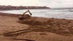 Преди седмица пясъчната дига на централния плаж в Созопол бе съборена, а концесионерът на зоната, наредил изграждането й, ще бъде глобен
