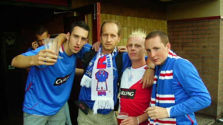 Снимка след мач с нови приятели от агитката на любимия шотландски Рейнджърс