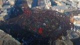 Огромна тълпа се е събрала за погребението на Сюлеймани в родния му град Керман.