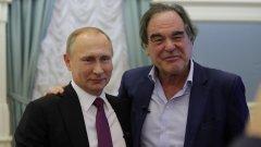 """Стоун и Путин излъчват екранна химия, режисьорът открито се възхищава от президента на Руската федерация, но на няколко пъти се опитва да го """"хване"""" с трудни и неудобни питания. В крайна сметка печеният Путин се измъква хлъзгаво с помощта и на шеги, които либералната западна преса веднага заклейми като """"сексистки"""" и """"хомофобски""""."""