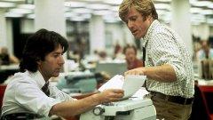 """""""Цялото президентско воинство"""" / All the President`s Men (1976)    Филмът на Алан Пакула е базиран на истинското разследване по аферата """"Уотъргейт"""", като върви по стъпките на репортерите от Washington Post Боб Удуърд (в ролята: Робърт Редфорд) и Карл Бърнстийн (в ролята: Дъстин Хофман), докато те се опитват да разкрият всички детайли от скандала с незаконното подслушване. Един от задължителните филми за всички, които се интересуват от журналистика и политика, има 4 награди """"Оскар"""" и общо 8 номинации на Академията."""