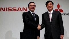 Главният изпълнителен директор на Nissan Карлос Гон и президентът на Mitsubishi Motors Осаму Масуко при обявяването на сделката