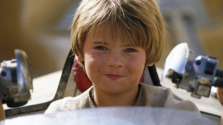 """Джейк Лойд и """"Междузвездни войни - Епизод 1: Невидима заплаха""""  Представете си да изиграете младата версия на един от най-известните персонажи в историята на киното едва на 10 години, а на 12 вече да се откажете от актьорството. Това е историята на Джейк Лойд, който влезе в ролята на Анакин Скайуокър - бъдещия Дарт Вейдър - през 1999 г.  Критиките срещу представянето на Анакин като дете и изпълнението на Лойд обаче водят до неприятни последствия - той е тормозен в училище, трябва да дава десетки интервюта дневно, а медиите също го засипват с критики. Така се стига до отказа от актьорската професия. Проблемите обаче предстоят - по думите на майка му Лойд има шизофрения, а през 2015 г. е арестуван за минаване на червено, шофиране без книжка и съпротива при арест. В крайна сметка е прехвърлен в психиатрична клиника."""