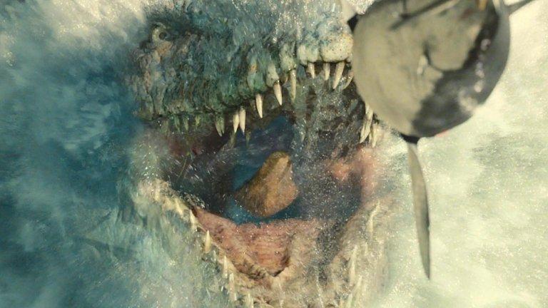 """Мозазавърът е сред най-огромните водни динозаври. Tези чудовища някога са обитавали плитките епиконтинентални морета и крайбрежните им зони. Според палеонтолозите мозазавърът е далечен роднина на съвременните варани и игуани, но с размер, умножен по 100. Тези истински чудовища от плът и кръв са били живораждащи и са дишали атмосферен въздух, но са били и доста сръчни плувци. В киното видяхме симпатичен мозазавър в """"Джурасик свят"""" през 2015 г. и спокойно можем да кажем, че беше по-голям от всичко, което вилнее и хапе във франчайза."""