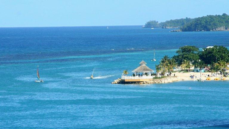 """Ямайка     Джеймс Бонд, Боб Марли, тюркоазени води и ослепителни водопади - Ямайка може да предложи много, особено през 2020 г.     Ямайка е любимо място за Иън Флеминг - авторът на поредицата от романи за най-известния шпионин на кралицата. Именно тук, в своята вила Goldeneye (""""Златното око"""") той живее и пише между 1952 и 1964 г., създавайки някои от най-интересните си романи (като на името на вилата е кръстен и един от най-известните злодеи). Този април на екран можем да видим и 25-ия шпионски филм от поредицата, наречен """"Смъртта може да почака"""", като пенсионираният агент 007 се е отдал на заслужена почивка именно в плажната къща в Ямайка. Днес туристите могат да отседнат в тази култова вила.  Любимият син на Ямайка обаче е емблематичният реге музикант Боб Марли, който на 6 февруари навърши 75 години. Певецът е живял в столицата Кингстън, а феновете му могат да се докоснат до него в бившия му дом, сега Музей на Боб Марли.     Препоръчително е да се види и изумителния скален хотел Rockhouse в Негрил."""