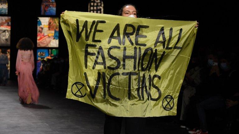 """И за десерт - малко климатичен активизъм Дефилетата не се разминаха и без активизъм на тема климатични промени и опазване на околната среда. На няколко пъти беше развят плакат, на който пише """"Всички сме жертви на модата"""", който насочва вниманието към вредите от бързата мода и от използването на невъзобновяеми източници на енергия и суровини. Въпреки това погледите останаха вперени най-вече в пищните тоалети."""
