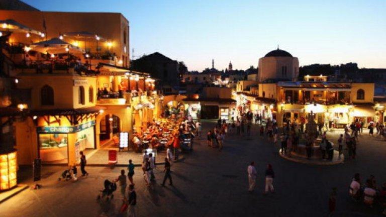Заобиколен от може би най-сините води, които ще видите някога, Родос в главен град на гръцкия остров Родос, в югоизточно Егейско море, център на ном Додеканези. Крепостта на град Родос, построена от рицарите-хоспиталиери, е един от най-добре съхранените средновековни градове в Европа. През 1988 г. е обявен от ЮНЕСКО за обект от световното природно и културно наследство.