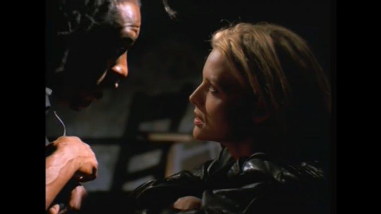 """Coolio - Gangsta's Paradise (""""Опасен ум"""") Помните ли, когато Мишел Пфайфър трябваше да се прави на нахакана учителка по литература пред цял клас от тарикати от крайните квартали? Филмът е безспорна класика, а парчето към него е дори по-епично. Кулио успява да възпее мрачната същност на гетото и дори да накара тази тема да звучи готино и запомнящо се."""