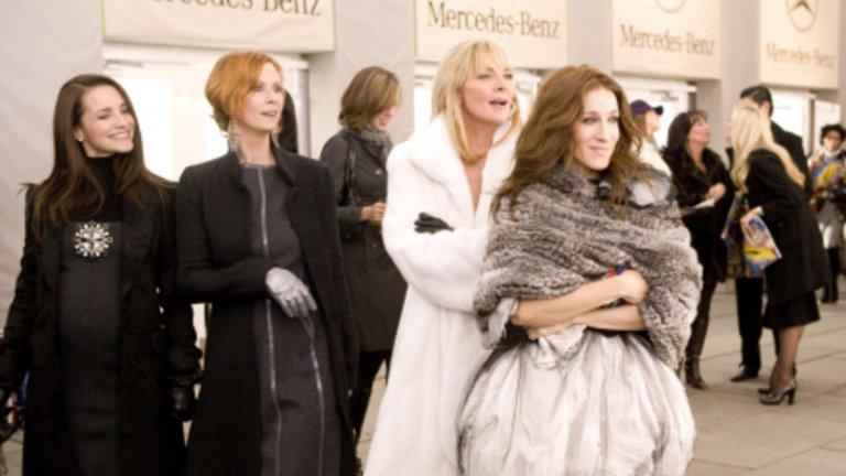"""""""Сексът и градът"""" (Sex and the City, 2008 г.) Сватбената рокля, творение на Вивиан Уестууд, фотосесията за булчинска висша мода, седмица на модата и обувки Manolo Blahnik…. Всичко това продукцията дължи на художника на костюми Патриша Фийлд. Затова и категоризираме като като моден не толкова успешният спин-оф """"Сексът и градът"""". Макар да не задминава сериала по популярност и да получава двупосочни мнения, модата си е мода, а Кари Брадшоу е луда по нея. И по Тузара… Именно около заветната мечта на Кари (Сара Джесика Паркър) да се омъжи за него (Крис Нот) се върти сюжетът."""