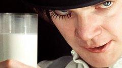 """""""Портокал с часовников механизъм""""  Великият визионер Стенли Кубрик е американски режисьор, който се оттегля на Острова, където снима и живее до края на живота си.   """"Портокал с часовников механизъм"""" е истинска британска класика и безупречна екранизация по едноименния роман на Антъни Бърджис. Филмът изследва проблемите на свободата и природата на злото – две теми с ключово значение в осмислянето на Brexit.   Кубрик използва инструментите на сатирата и черния хумор – дълбоко британска материя – в своя опит да покаже един дистопичен свят, скован от смразяваща бюрокрация и младежко насилие. С излизането си в началото на 70-те """"Портокал с часовников механизъм"""" предизвиква световен шок – също както Brexit преди дни."""
