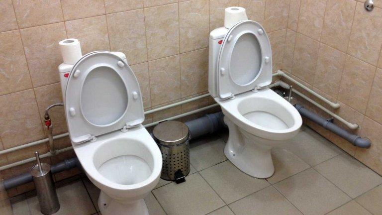 """Улични кучета, недовършени хотели и още куп неуредици - спортистите от Олимпиадата в Сочи през 2014-а със сигурност си спомнят доста. Но снимките на """"двойните тоалетни"""" бяха един от големите """"хитове"""", който породи куп шеги. Оказа се, че просто някой е забравил да монтира паравана между отделните кабинки."""