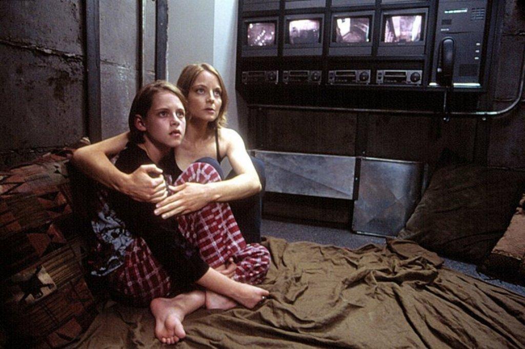 """""""Паник стая"""" (Panic Room)В абсолютната класика на Дейвид Финчър от 2002 г. наскоро разведената Мег (Джоди Фостър) се нанася в нов дом в Ню Йорк с дъщеря си (Кристен Стюарт), която е диабетичка. Всичко щеше да е приказка, ако в апартамента нямаше и скрита стая, която представлява интерес за трима престъпници, а цялата психологическа игра на котка и мишка едва започва, когато двете жени влизат вътре."""