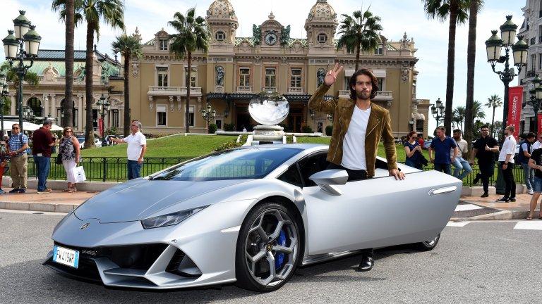 Lamborghini Huracan Дори когато играят на сигурно, Lamborghini просто не успяват да направят скучен автомобил. Кръстен на майския бог на стихиите, Huracan е колата, която идва на мястото на Gallardo. Той се появява през 2014 г. в Женева и бързо превзема вниманието на автомобилните почитатели. До момента това е най-продаваната кола на марката: 14,022 урагана летят по улиците на света.