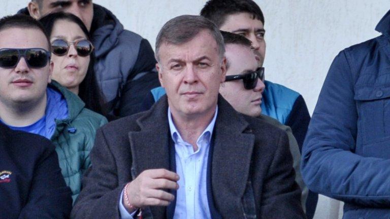 Към момента Надзорният съвет на Левски се състои от Георги Попов, който бе собственик на мажоритарния пакет акции на клуба, но ги джироса на Наско Сираков. В момента Попов е в Дубай заедно с Васил Божков и няма как да изпълнява правомощията си.